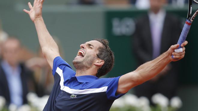 Albert Ramos celebra su victoria ante Milos Raonic en Roland Garros.