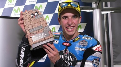 �lex M�rquez, feliz con el trofeo de Motorland.