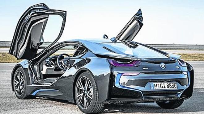 BLANCO Y NEGRO. Su historia empieza con las avionetas en el Estado de Baviera. Abajo, de izquierda a derecha, el BMW 1500, pionero de la Nueva Clase, y el BMW 303 con la parrilla caracter�stica BMW.