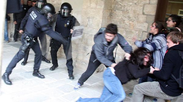 Estudiants i policia s'enfronten durant la visita de Mas a la Universitat de Girona
