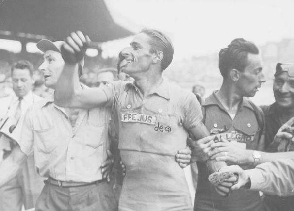 Ferdy Kübler, nada proclamarse campeón del Tour de Francia de 1950 en el Parque de los Príncipes.