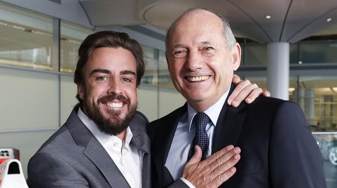 Fernando Alonso y Ron Dennis, en la sede de McLaren.