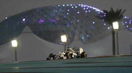 Hamilton conduce el Mercedes durante la segunda sesi�n de libres en el circuito de Yas Marina.