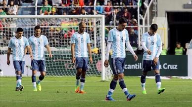 Los jugadores de Argentina se retiran abatidos tras la derrota en Bolivia.
