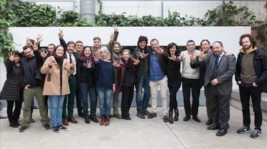 """Representantes del sector audiovisual catalán, con Isona Passola y Joel Joan (en el centro),en la presentación del manifiesto 'Més TV3!""""."""