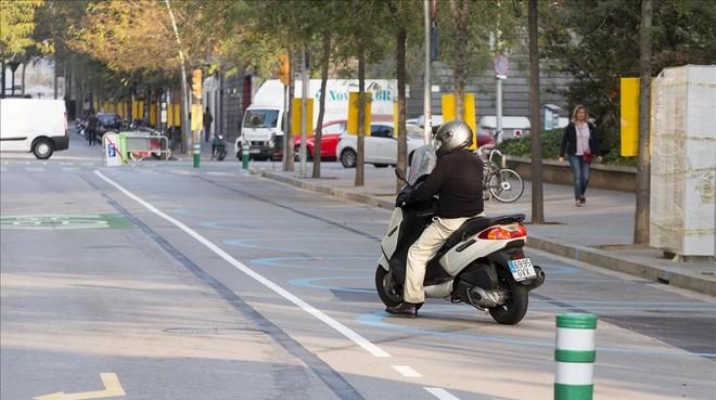 Un motorista en la calle Roc Boronat, en la superilla del Poblenou.