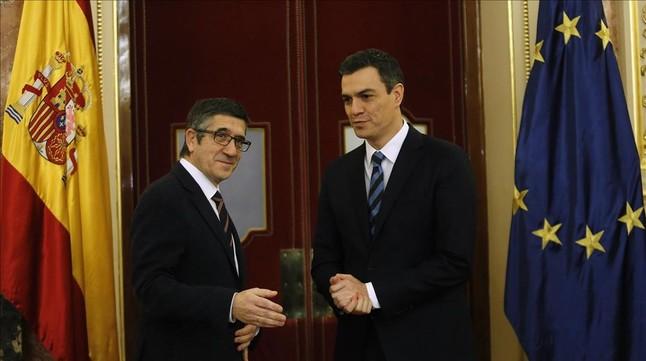 """El PSOE asiste """"perplejo"""" a la oferta de Iglesias y le acusa de no querer pactar"""