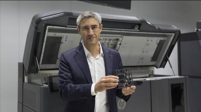 Ramon Pastor, vicepresidente de impresi�n 3D de HP, con la impresora creada en Sant Cugat.