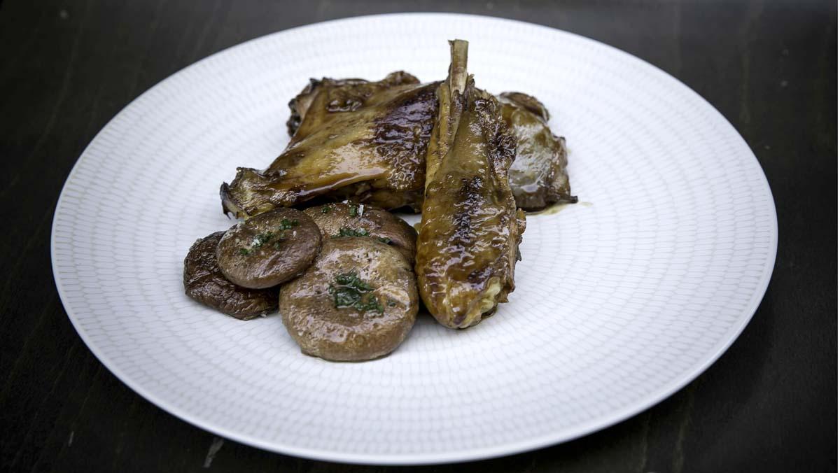 Tomás Rodríguez, chef del restaurante Axarquía, te explica cómo hace el pollo 'pota blava' lacado con miel ylima y setas a la brasa.