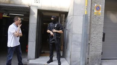 Registro de los Mossos en el n�mero 61 de la calle Bail�n, en el marco de una operaci�n contra una red china, este martes.