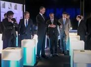 El Rey, Carles Puigdemont y directivos de Simon, en la exposici�n sobre la historia de la compa��a.