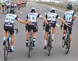 Rigoberto Urán (derecha) orina en plena carrera, durante la última etapa de la Volta a Catalunya.