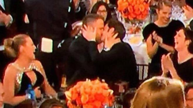Ryan Reinolds i Andrew Garfield es fan un petó als Globus d'Or
