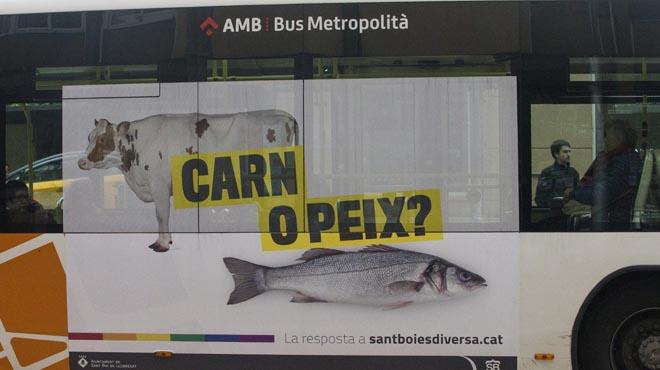 """Un dels autobusos municipals de Sant Boi, amb lemes com """"¿Carn o peix?""""."""