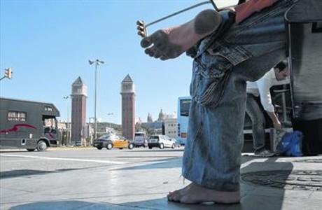 [Imagen: sin-zapatos-juan-pedro-descalzo-una-para...547747.jpg]