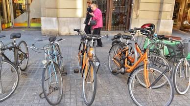Dues 'apps' de lloguer de bicis s'apropien dels pàrquings ciclistes del centre de Barcelona