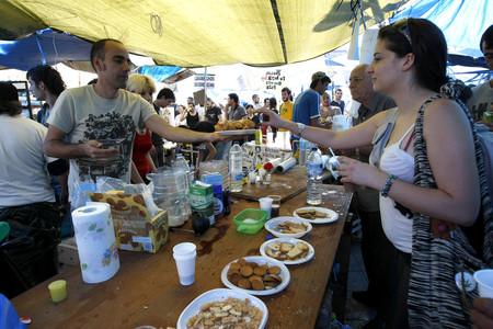 Un tenderete donde se reparte comida en la Puerta del Sol.