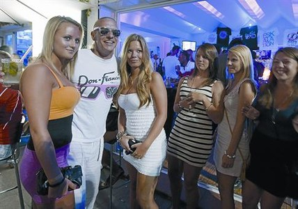 Don Francis, con unas turistas, en su disco bar I Love Lloret, hace unos d�as.