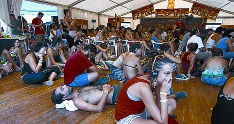 'Paz, amor, unidad' 8 Asistentes a los debates de ayer en el foro del festival Rototom de Benicssim.
