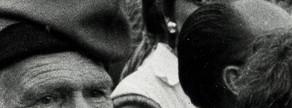 Un hombre ogulloso con traje y barretina en la Diada de Barcelona en 1977.
