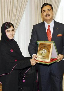 Yusufzai junto al entonces primer ministro Gilani, tras recibir el premio del Gobierno paquistan, en diciembre.