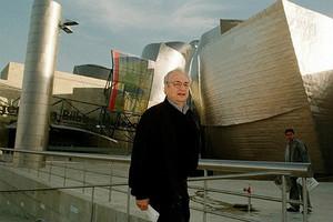 Larquitecte Frank Gehry, davant del Guggenheim de Bilbao.