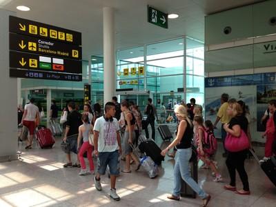 Viajeros circulando por el aeropuerto de El Prat.