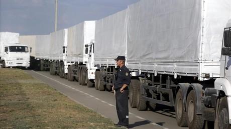 Camiones del convoy humanitario ruso esperan en la frontera.