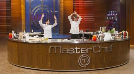 Vicky y Mateo, finalistas de la segunda temporada de 'Masterchef', en el plat�.