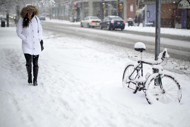 Una mujer camina por una calle de Cambrigde, en Massachusetts, zona en alerta por la nevada.