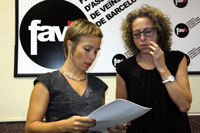 Ester Quintana y su abogada, Laia Serra, repasan el acuerdo de la aseguradora.
