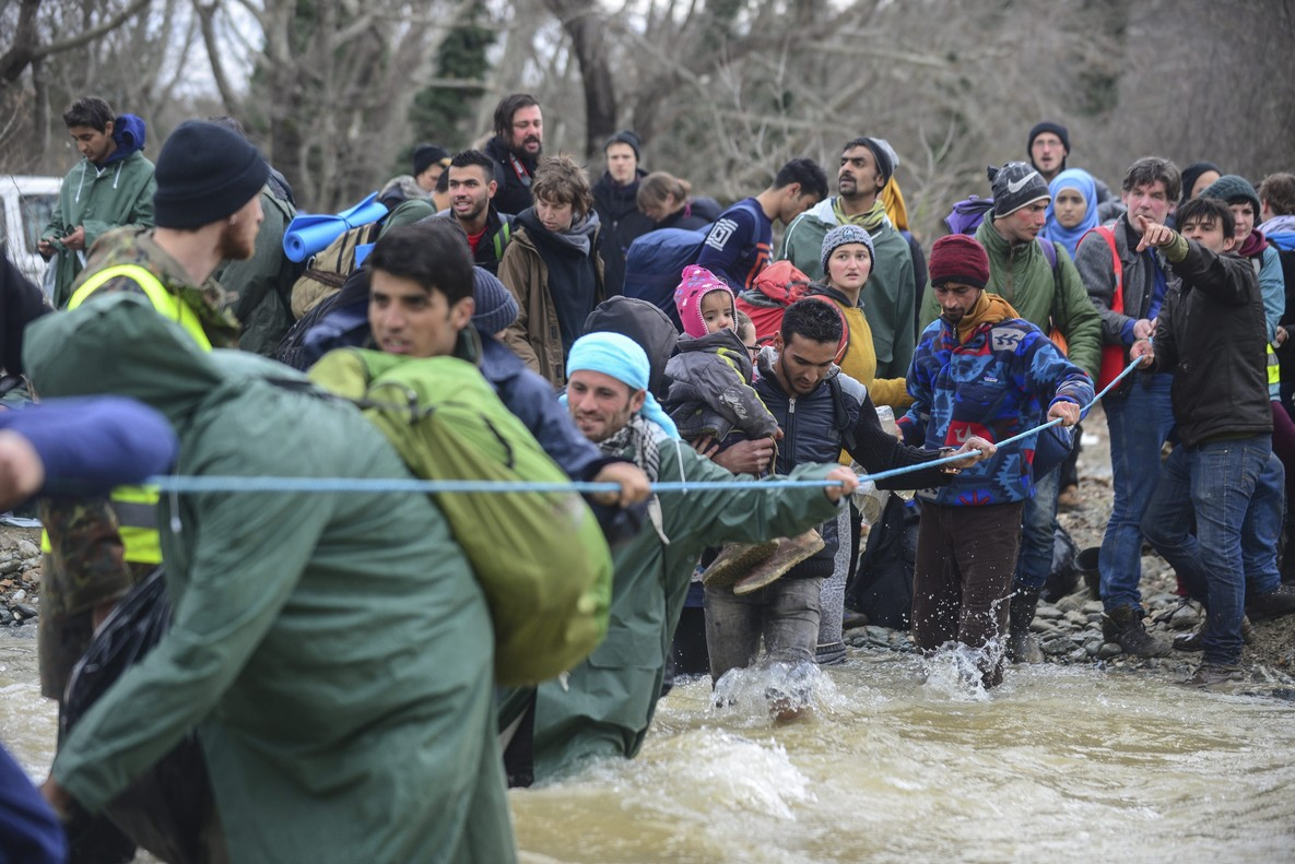 Refugiados en Idomeni cuando trataron de cruzar a Macedonia, el lunes.