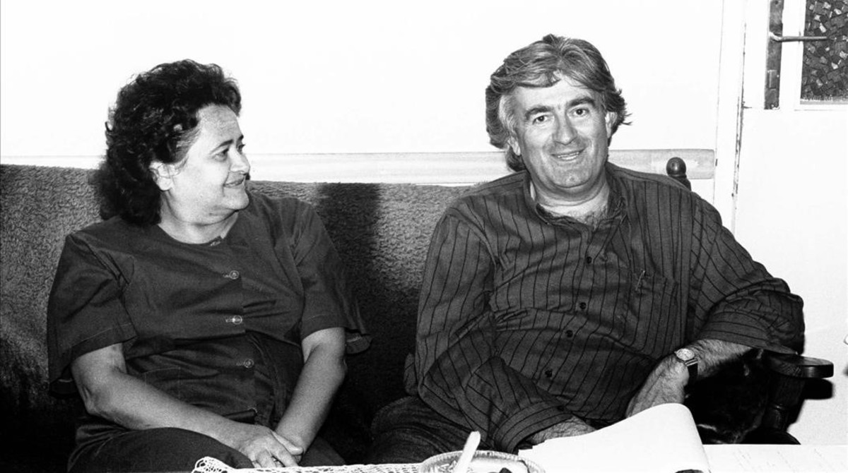 Karadzic y su mujer, en su apartamento de Sarajevo, en una imagen de marzo de 1991.
