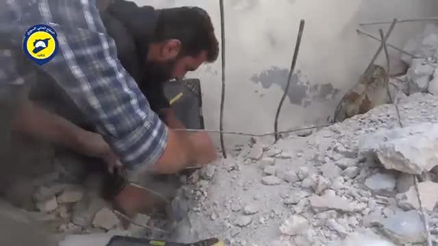 El v�deo de la defensa civil siria muestra el rescate de dos hermanos entre los escombros a los que qued� reducido su edificio tras un bombardeo.