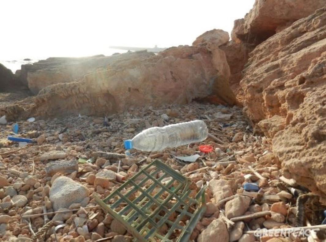 Campaña de Greenpeace contra los residuos de plástico en el mar