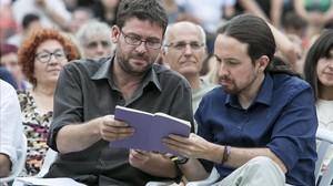 Iglesias consulta sus notas con Fachin en un mitin en Badalona, en 2015.