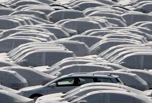 Vehículos preparados para la exportación en la planta de Volkswagen en Emden (Alemania).