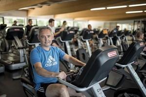 El periodista de TV-3 Xavi Lemus, en el gimnasio de su barrio, Putxet Sport, al que va dos o tres veces por semana.