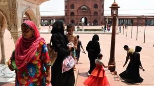 Mujeres musulmanas indias visitan la mezquita de Jama Masjid el 22 de agosto, el día en que se prohibe la controvertida práctica del triple talaq.