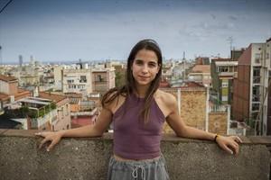 La actriz de Sabates grosses, en el terrado de la finca en la que vive, en en centro del barrio de Gràcia.