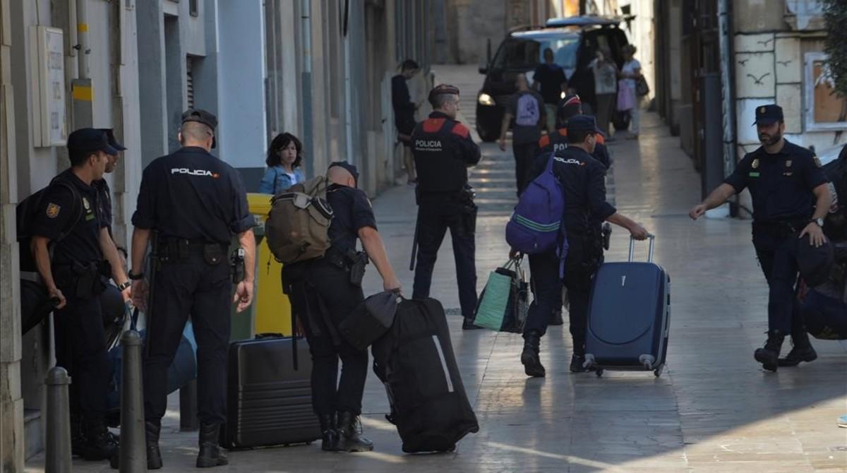 Los agentes de la Policía Nacional han abandonado los hoteles de Reus, este mediodía.
