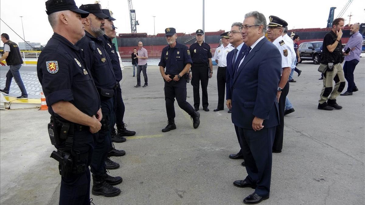 El ministro del Interior, Juan Ignacio Zoido, durante la visita que realizó a los policías y guardias civiles desplazados a Catalunya, el pasado 4 de octubre.