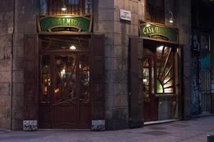 Imágenes del bar Casa Almirall, en la calle de Joaquim Costa, en el Raval.