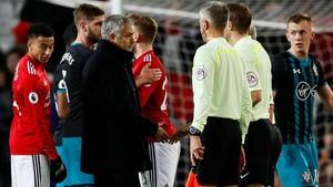 Mourinho se queja al árbitro al final del partido.