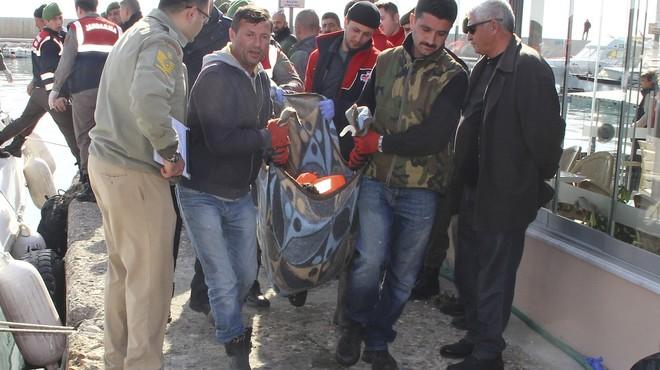Traslado de uno de los cad�veres de los refugiados ahogados en los naufragios ante la costa turca.