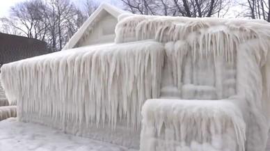 Una casa coberta de gel per una onada de fred inhabitual
