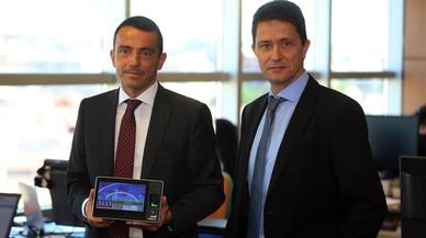 David Arderiu (derecha), consejero delegado de Robotics, y Josep Velasco, director comercial, con uno de sus sistema de control horario.