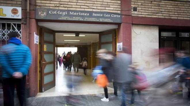 UN D�A M�S Alumnos de Maristas de Sants-Les Corts entran en el colegio, ayer.