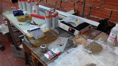 Detinguts tres traficants que elaboraven oli de marihuana en un pis d'Horta-Guinardó