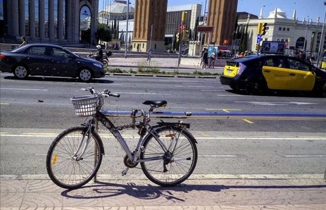 Un enjambre de abejas, en una bicicleta en plaza de Espanya, en Barcelona.